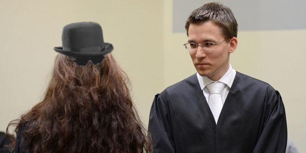 Zschäpe und Anwalt Grasel im Gerichtssaal